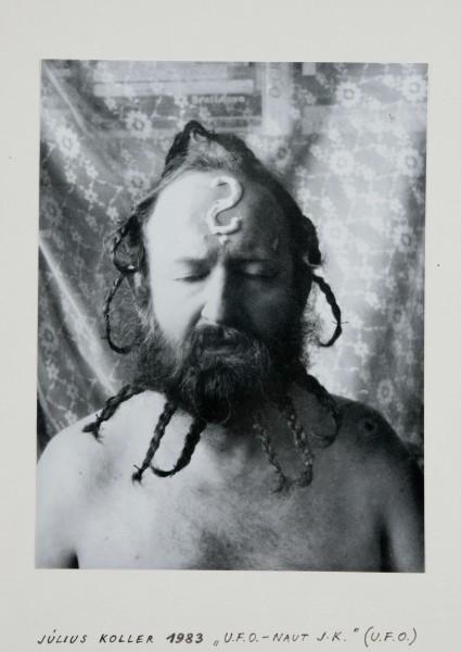 Július Koller - Kvetoslava Fulierová (autorka fotografie), Maliarsky náčelník. Zo série U.F.O.-naut J. K. (U.F.O) Fotografovala Kvetoslava Fulierová)