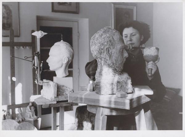 Alina Ferdinandy pri tvorbe busty, Okolo 1955