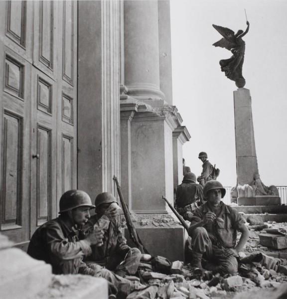 Robert Capa (1913 – 1954), American soldiers in Troina, Sicily.